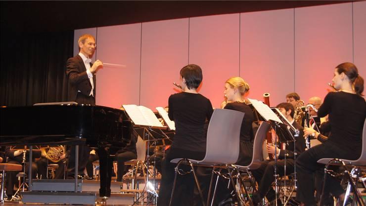 Dirigent Karl Herzog und die 50 Musiker des Blasorchesters Gebenstorf zogen die Besucher mit ihrer Darbietung in ihren Bann.