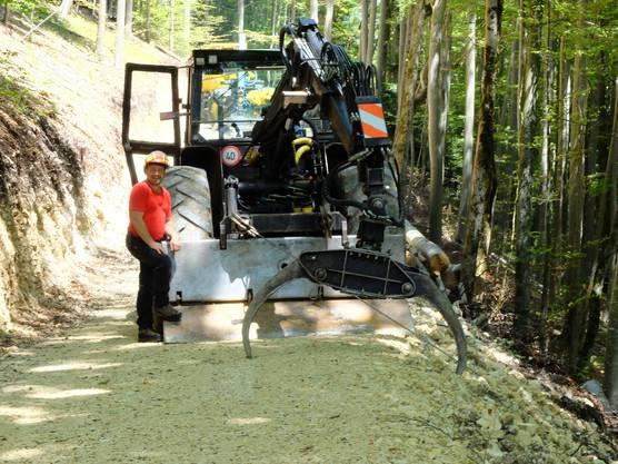Waldeigentümer Roman Ackermann demonstriert einen mit spezieller Forstausrüstung ausgerüsteten Traktor.