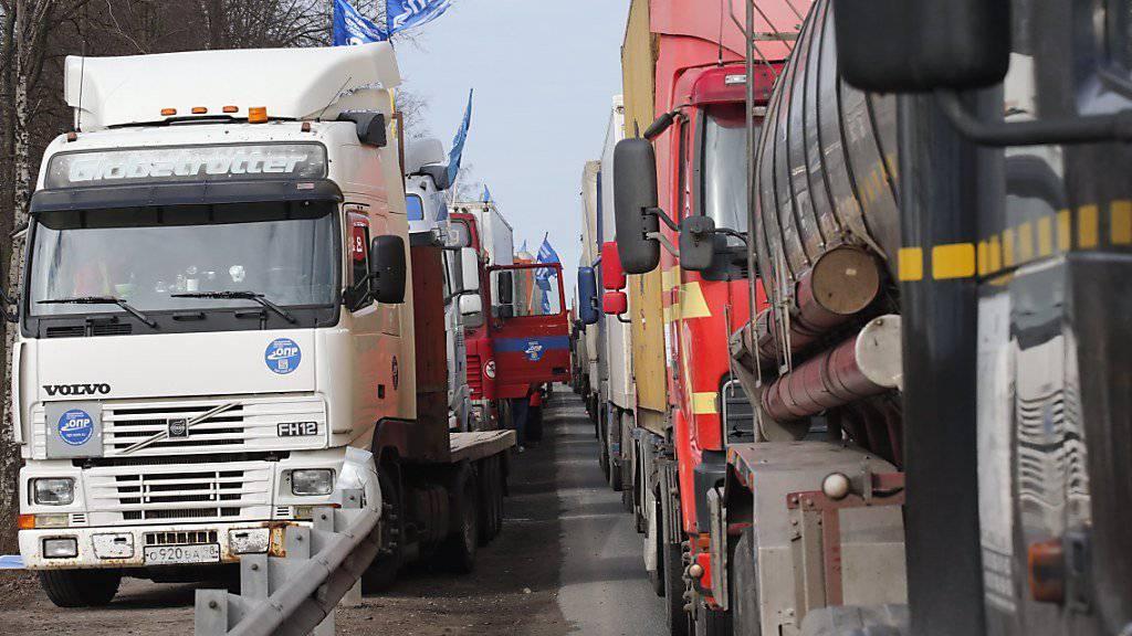 Lastwagenfahrer in ganz Russland - auf dem Bild in St. Petersburg - streiken gegen eine höhere Strassenmaut.