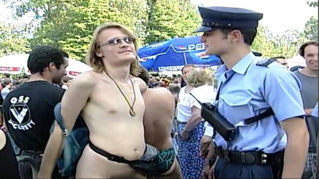 Mal mit Petflaschen, mal nur mit Bauchtäschli bekleidet: Die Raver und ihre Outfits aus 25 Jahren Street Parade.