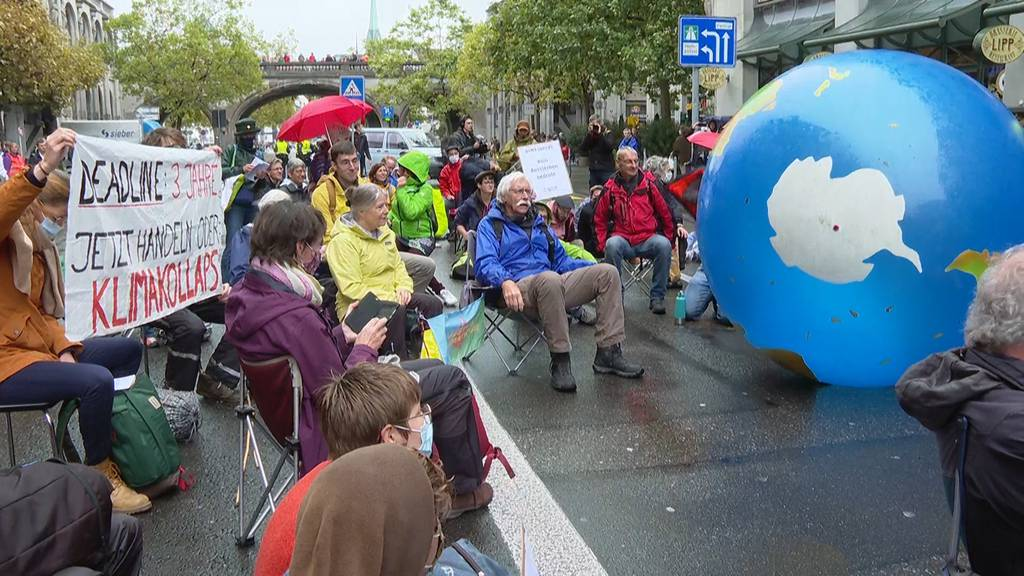 Umweltaktivisten von Extinction Rebellion blockieren Zürcher Strassen