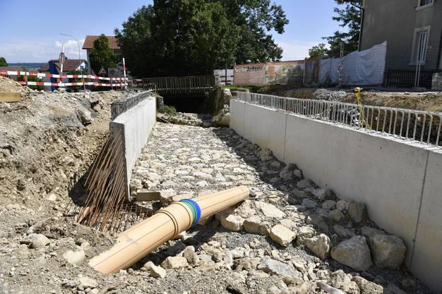 Das Bachbett im Bereich der neuen Brücke mit den Brückenmauern.