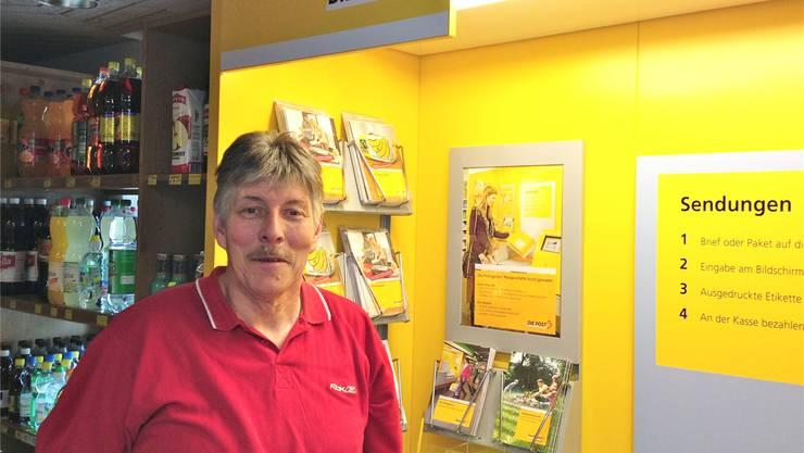 Adrian Stampfli in seinem zweigeteilten Geschäft mit Artikeln für den täglichen Bedarf und Postagentur.