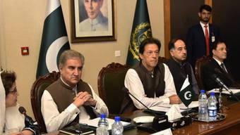 Der pakistanische Ministerpräsident Imran Khan (Mitte) hält eine Verbesserung der Beziehungen zu Indien für notwendig, um regionalen Frieden herzustellen und die Wirtschaft Pakistans zu beleben.