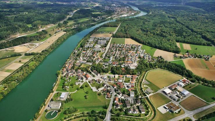 Luftaufnahme von Sisseln. Mit einem Sprung in den kalten Rhein konnte sich das Überfall-Opfer in Sicherheit bringen.
