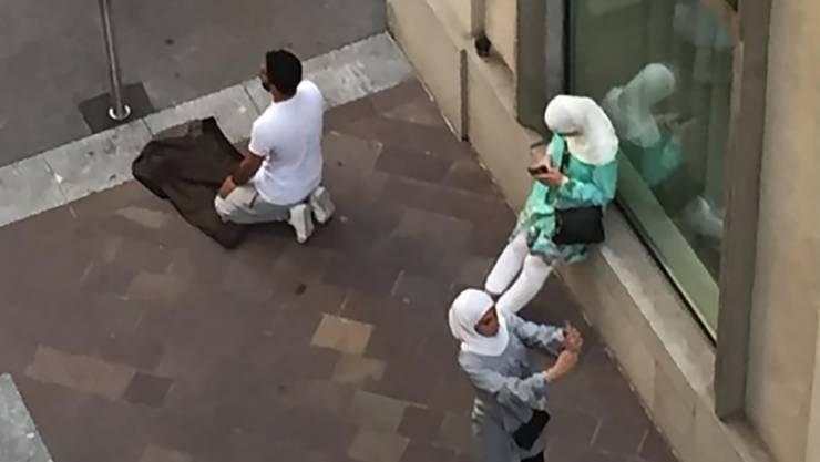 Ein Muslim betet auf offener Strasse in Lugano.