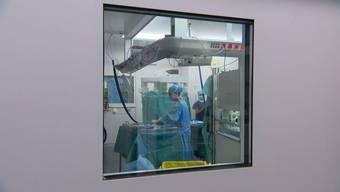 Seit letztem Montag dürfen die Spitäler wieder alle Eingriffe vornehmen, nicht nur Notfälle. Wie der Weg zurück in die Normalität aussieht und wie ein maximaler Schutz für Patienten und Mitarbeiter gewährleistet werden kann, erklären Experten der Klinik Hirslanden in Zürich.