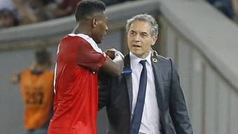 Österreichs Nationaltrainer Marcel Koller im Austausch mit David Alaba