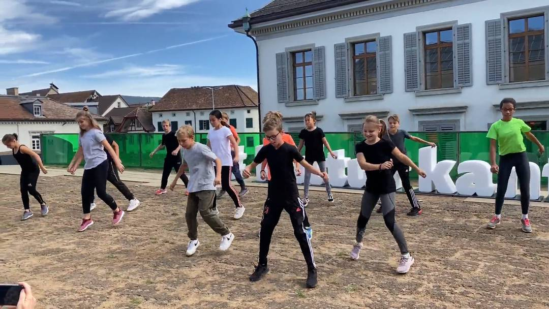 Tanz&Kunst Königsfelden: Die Schülerinnen und Schüler der Klasse 5a aus dem Tanneggschulhaus in Baden tanzen anlässlich der Lancierung der #kulturkanton-Kampagne
