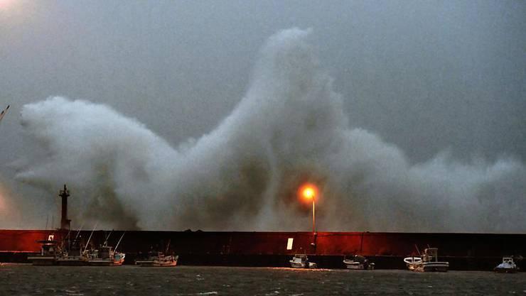 Der Taifun brachte hohe Wellen an Japans Küsten. Mindestens zwei Menschen sind wegen dem Sturm ums Leben gekommen.