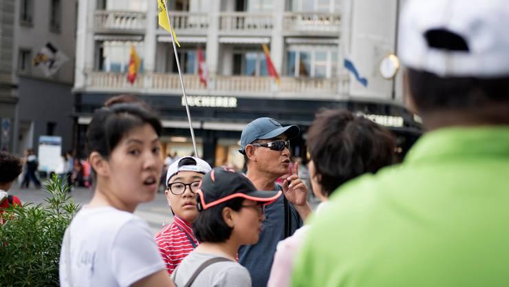 Eine Gruppe chinesischer Touristen auf dem Schwanenplatz in Luzern. Im Mai werden es wegen einer Geschäftsreise Tausende mehr sein.