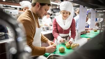 An der Vernissage des Mittelalter-Kochbuchs wurden alte Rezepte in historischer Kleidung gekocht – aber in einer modernen Küche.