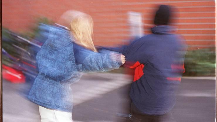 Der Bub hatte mehrere Schüler gewalttätig angegriffen. (gestellte Szene)