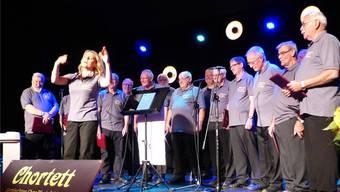 Mit ihrem umwerfenden Temperament verstand es Dirigentin Gunhild Alsvik, ihre Herren vom Chor Kaisten-Laufenburg zu Höchstleistungen anzufeuern.