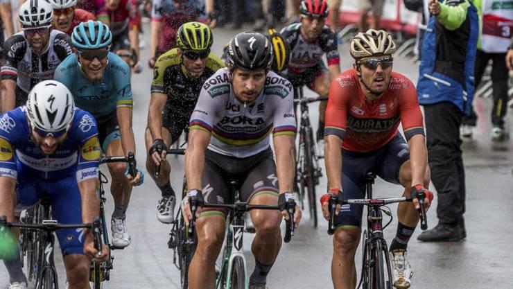 Die Zieleinfahrt der Etappe: Sieger Sonny Colbrelli (ITA, rechts) knapp vor Fernando Gaviria (COL, links) und Peter Sagan (SVK, mitte).