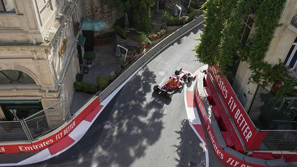 Charles Leclerc in Ferrari schlängelt sich auf dem Stadtkurs in Baku zur Pole-Position.