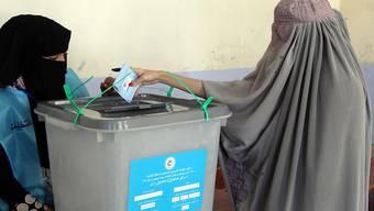Wegen grosser Unsicherheit und Furcht vor Anschlägen trauten sich in Afghanistan nur wenige Frauen an die Wahlurnen - wie hier in Kandahar im Süden des Landes, einer früheren Hochburg der Taliban.