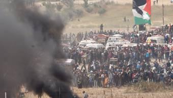 Protestierende schwenkten Palästinenserflaggen und verbrannten israelische Fahnen und Reifen.