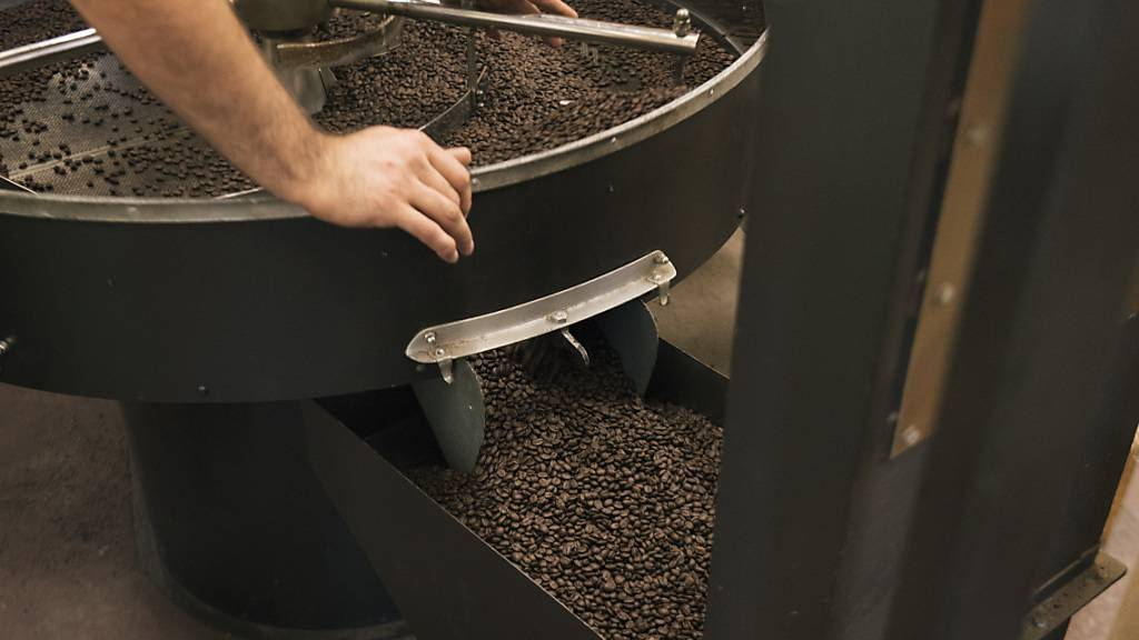 Mehr bezahlen mussten die Produzenten im September etwa für verarbeiteten Kaffee. (Archivbild)