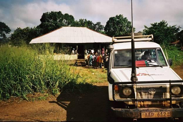 Sprechstunde in einem verlassenen Postgebäude im Rebellengebiet von Sierra Leone: Innert 12 Stunden behandelte Antoine Chaix 270 Patienten.