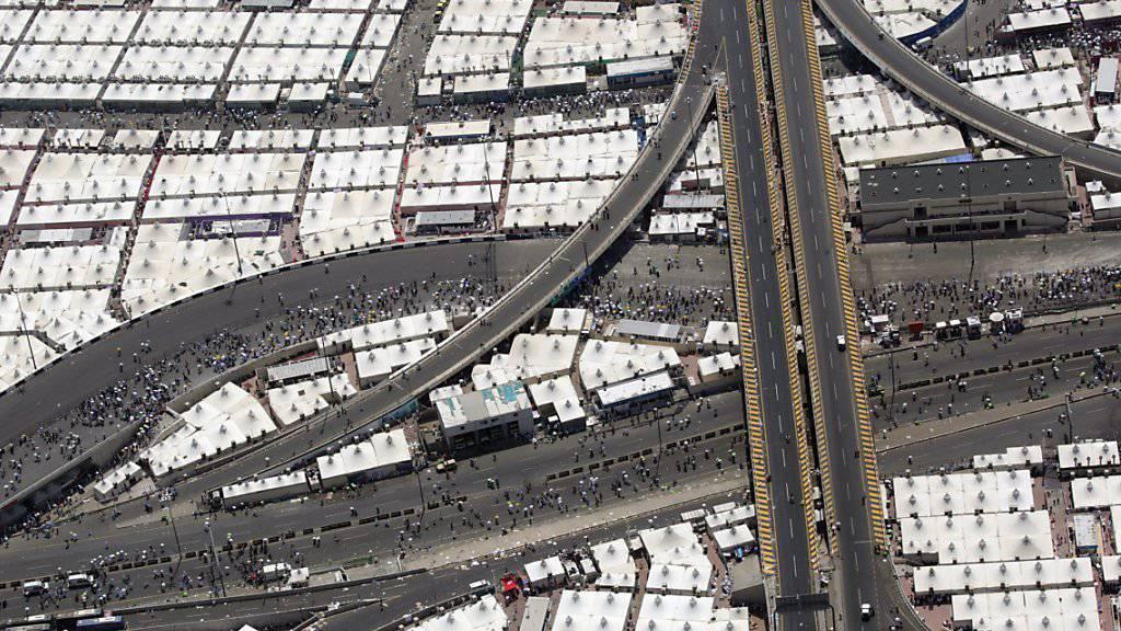Luftaufnahme der Zeltstadt bei Mina, wo die Massenpanik ausbrach. Nach einer Zählung der Toten der einzelnen Länder sind möglicherweise über 1800 Menschen beim Drama gestorben. (Archivbild)