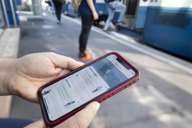 Eine Frau nutzt die SwissCovid-App auf ihrem Smartphone in Zürich.