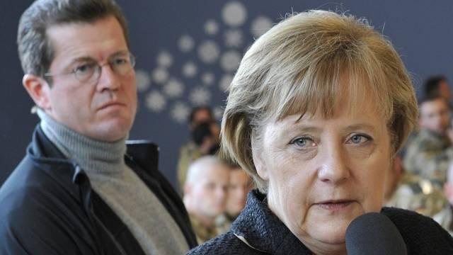 Bundeskanzlerin Merkel steht zu ihrem Verteidigungsminister (Archiv)