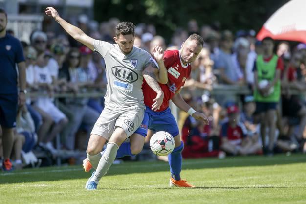 Auf den letzten Drücker meldet sich der FCA zurück: Petar Misic (l.) setzt sich gegen Nikola Bozic durch und erzielt den Treffer zum Ausgleich.
