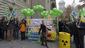 Vertreterinnen und Vertreter der Grünen geben die Unterschriftenbögen beim Bundeshaus in Bern ab