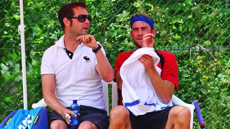 Federer-Coach Severin Lüthi (links) berät Michael Lammer beim Interclub-Auftritt in Trimbach.