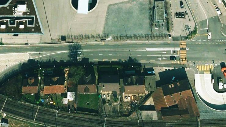 Gibt's bald ein Perron 2? Dort wo heute südlich des Dornacherplatzes (unten im Bild) diese Häuserzeile steht, könnte nach den Absichten der Stadt Solothurn dereinst eine Überbauung nach Kernzonen-Nutzung stehen.