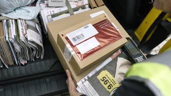 Ein 27-jähriger Mitarbeiter des Paketpostzentrums Frauenfeld hat 2016 rund 300 Pakete geöffnet und daraus Schmuck, Uhren und Handys gestohlen. Nun wurde er verurteilt. Symbolbild (KEYSTONE/Christian Beutler)