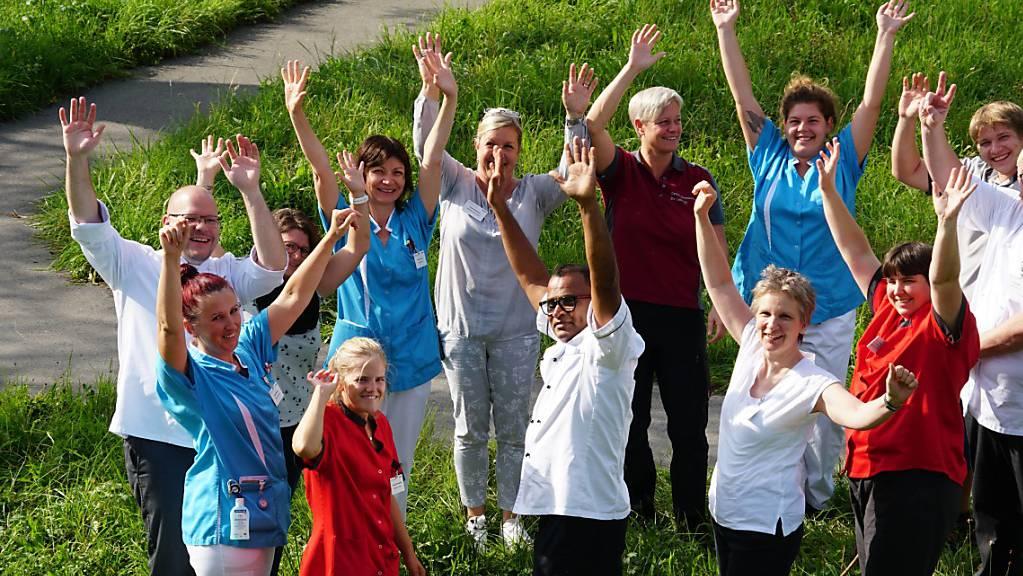 Freuen sich über die Corona-Prämie: Mitarbeiterinnen und Mitarbeier vom Zentrum Kirchfeld in Horw.