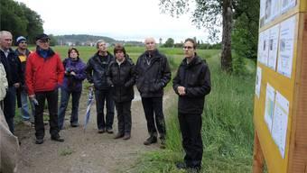 Silvio Moser (rechts), Projektleiter Wasserbau, erklärt die geplanten Massnahmen in Waltenschwil. fh