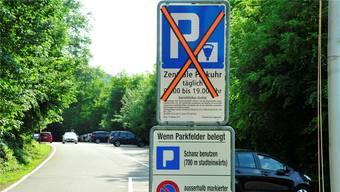 Am Donnerstagmorgen werden die orangen Kleber entfernt – ab dann gilt das neue Regime auf dem Roggi-Parkplatz.