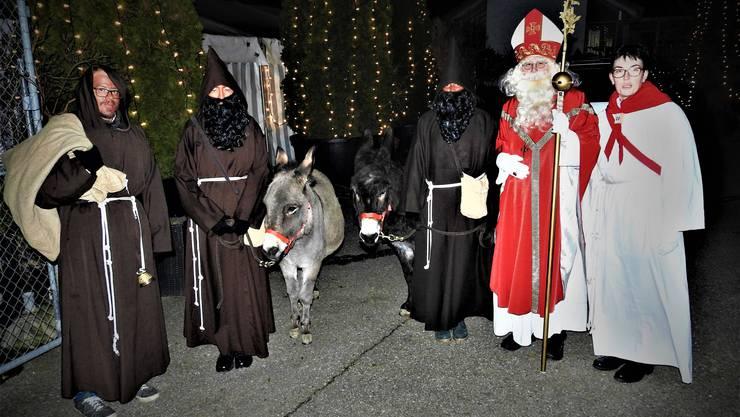 Schmutzli, Eselinnen, Samichlaus und Dienerin sind bereit für den 20. St. Nikolaus-Einzug in Wangen b.O.