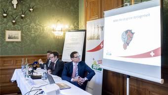 Warnen vor dem «roten Umverteilungsteufel», der hinter dem «grünen Feigenblatt» lauert: SVP-Kantonsrat Christian Lucek, Kantonalparteipräsident Patrick Walder und Nationalrat Roger Köppel präsentieren in Zürich ihre Wahlkampfstrategie.