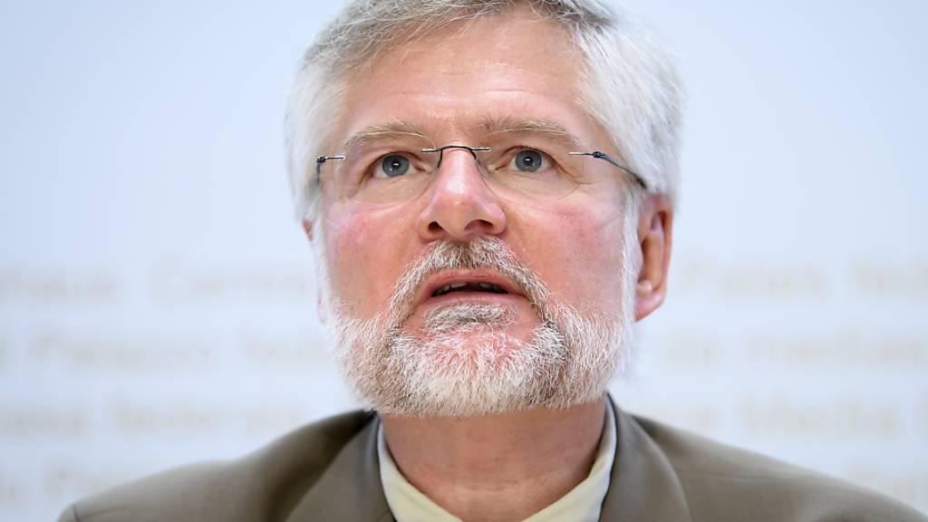 Für Rudolf Hauri, den Präsidenten der Vereinigung der Kantonsärztinnen und Kantonsärzte, sind die vom Bundesrat getroffenen Massnahmen nötig. (Archiv)
