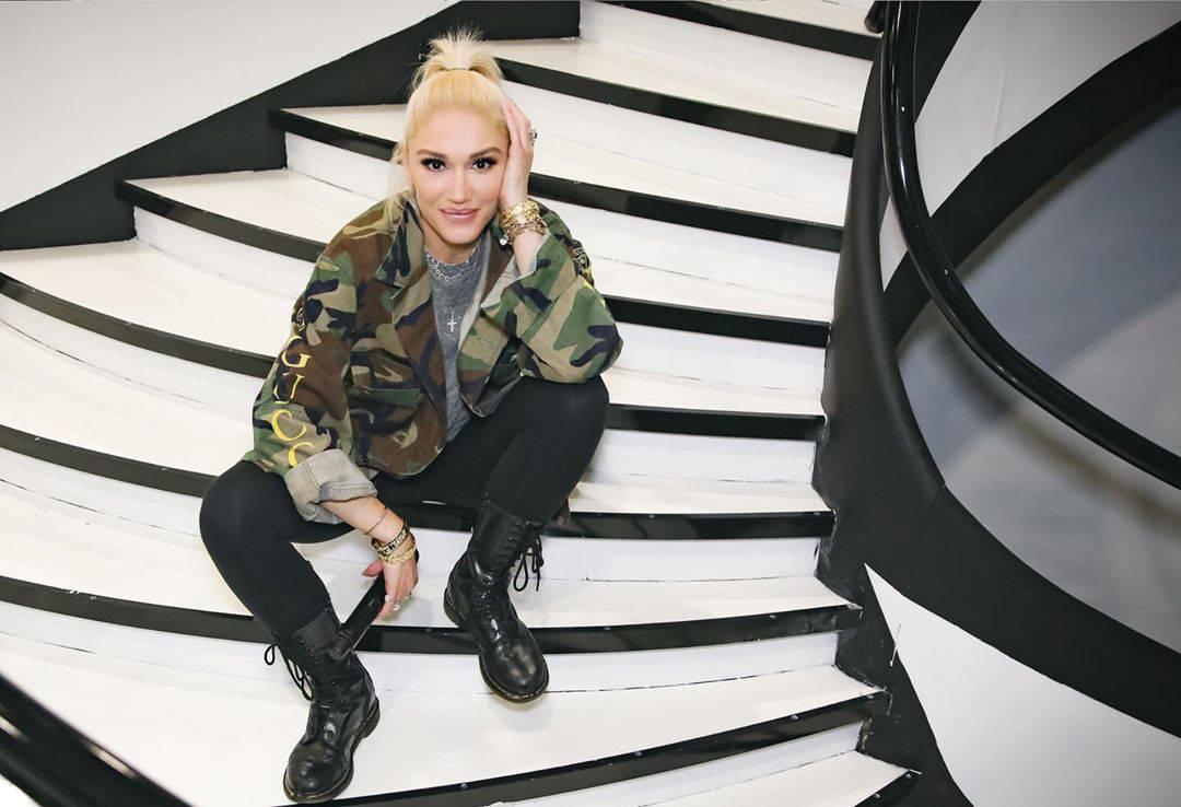Gwen posiert lässig auf einer Treppe. (© instagram/gwenstefani)
