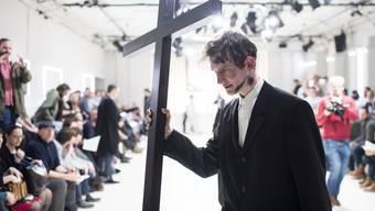 """Eine Künstlergruppe rief dazu auf, Roger Köppel """"rechtskräftig zu verfluchen""""."""