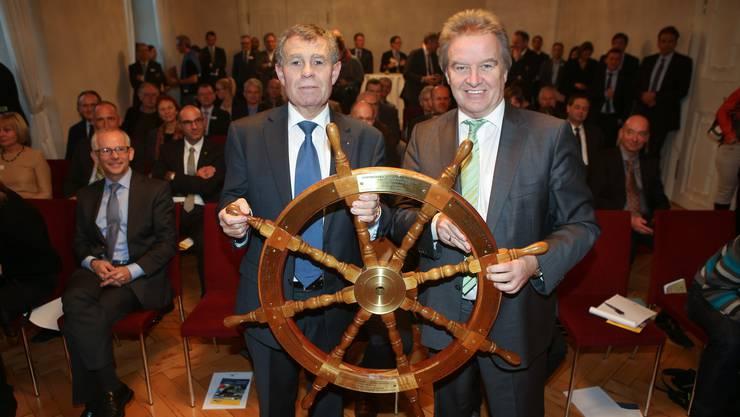 Minister Franz Untersteller übergibt das Steuerrad an Regierungspräsident Ernst Stocker.