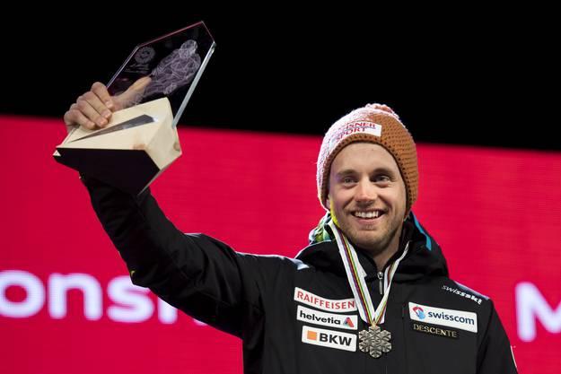 Mauro Caviezel mit seiner Trophäe für den dritten Platz.