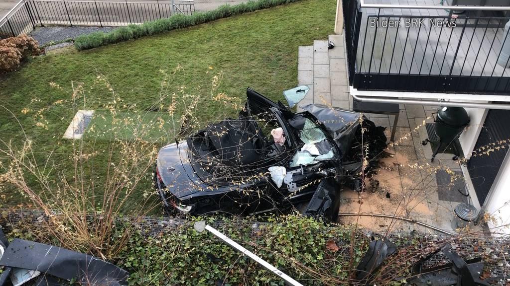 Zollikon: Autofahrerin prallt in Mehrfamilienhaus und landet auf Gartensitzplatz
