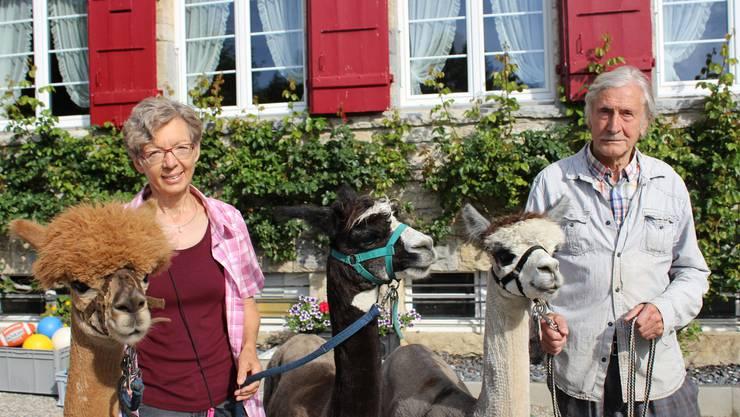 Elisabeth Bucheli-Ryf und Ernst Ryf mit drei ihrer Alpakas vor dem Tannenheim.