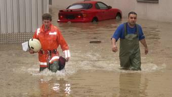 Rettungsarbeiten: Am 3. Juni 2004 trat die Limmat über die Ufer. Im Bezirk Dietikon standen mehrere Feuerwehren im Dauereinsatz, so wie hier im Industriegebiet Dietikon.