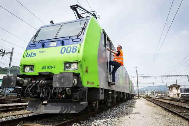 Ankunft in Chiasso: Hier übernehmen die beiden Lokomotiven von BLS Cargo einen Zug aus Mailand, der nach Duisburg muss.