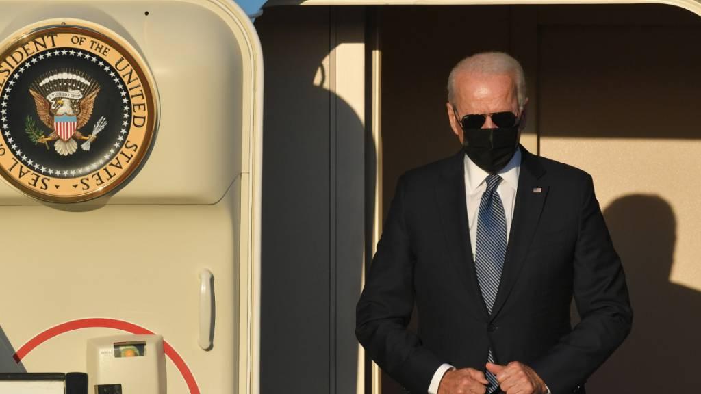 Joe Biden, Präsident der USA, steigt aus der Air Force One. Foto: Benoit Doppagne/BELGA/dpa