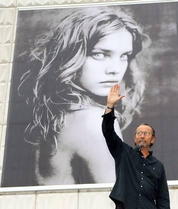 Der italienische Modefotograf Paolo Roversi vor einem Bild der elfenhaften Natalia.