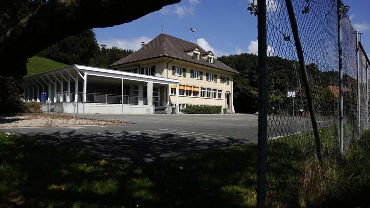 Die alte Schulanlage in Aetingen ist Teil eines Bauprojekts. Die Frage ist, ob die Gemeinde oder ein privater Investor Bauherr sein soll.