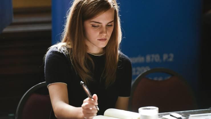 Zauberschülerin Hermine Granger alias UN Women Goodwill Ambassador Emma Watson - hier bei einem Meeting im Parlament von Uruguay - bespricht auf Facebook Sachbücher über Gleichberechtigung (Archiv).
